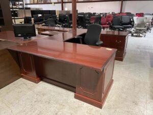 U-Shape Traditional Desk used